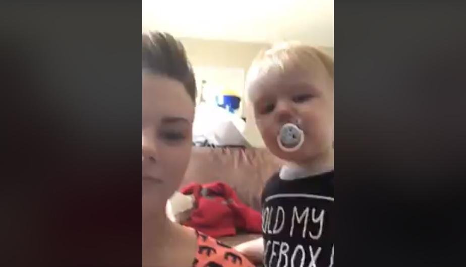Madre llora al lado de su hijo y este hace lo impensado