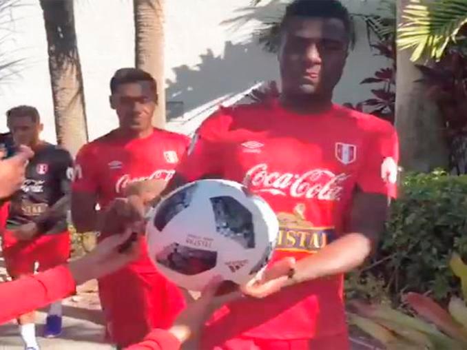 Niño le pide a Christian Ramos que le firme su pelota, pero jugador se la llevó