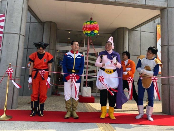 Exministro y alcalde de Japón asisten a acto público disfrazados de Gokú y Majin Boo