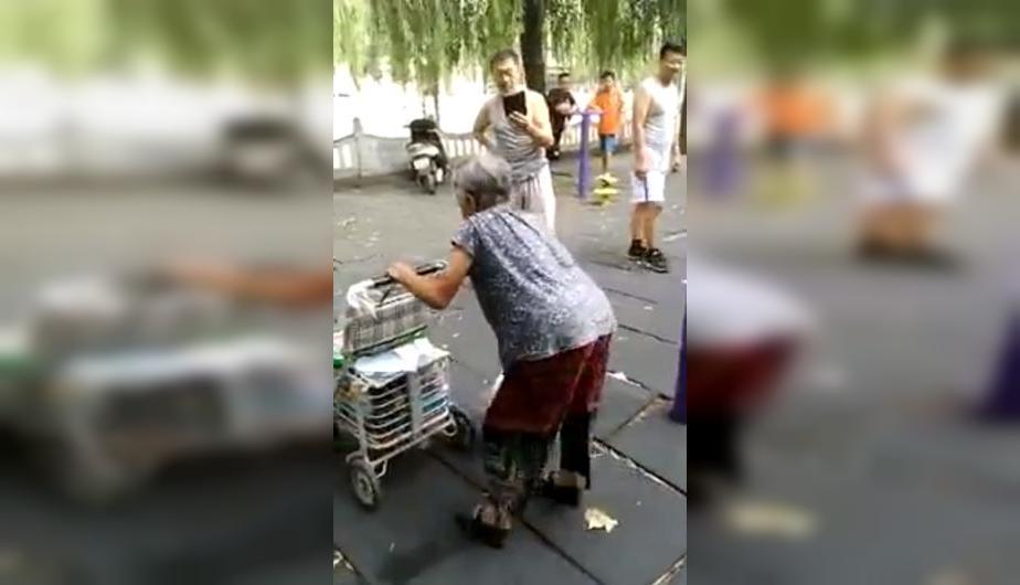 Abuelita hace lo impensado en un parque y se vuelve viral en la red