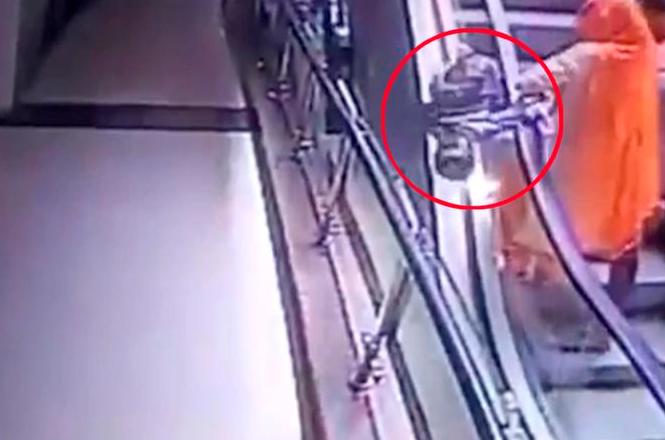 Mujer deja caer a su hija al intentar sacarse un selfie en escaleras eléctricas