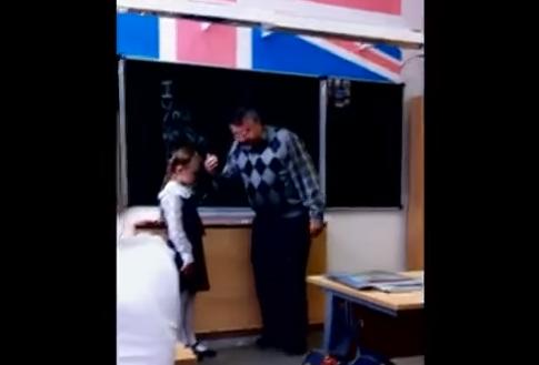 Profesor se excede al regañar a su alumna, pero ello lo pone en su lugar
