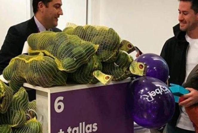 Hombre compra celular pagando con 58 kilos de palta