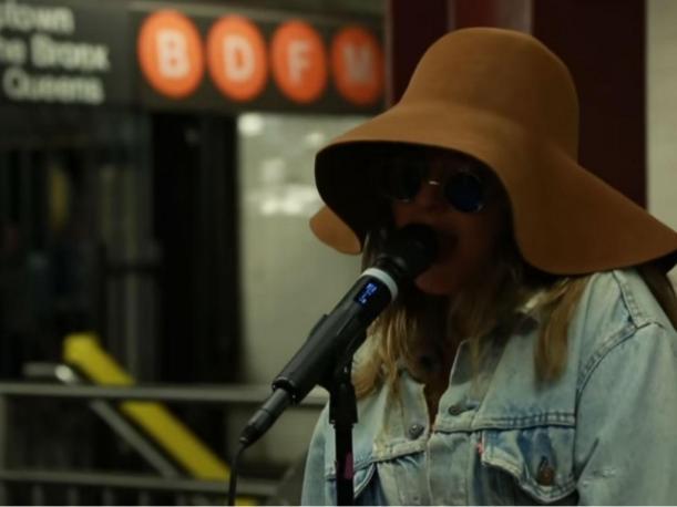 Christina Aguilera se ha pasar por indigente y sorprende al cantar en estación de tren