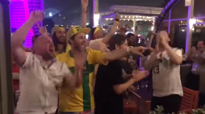 Hinchas alemanes y australianos cantan la barra Blanquirroja