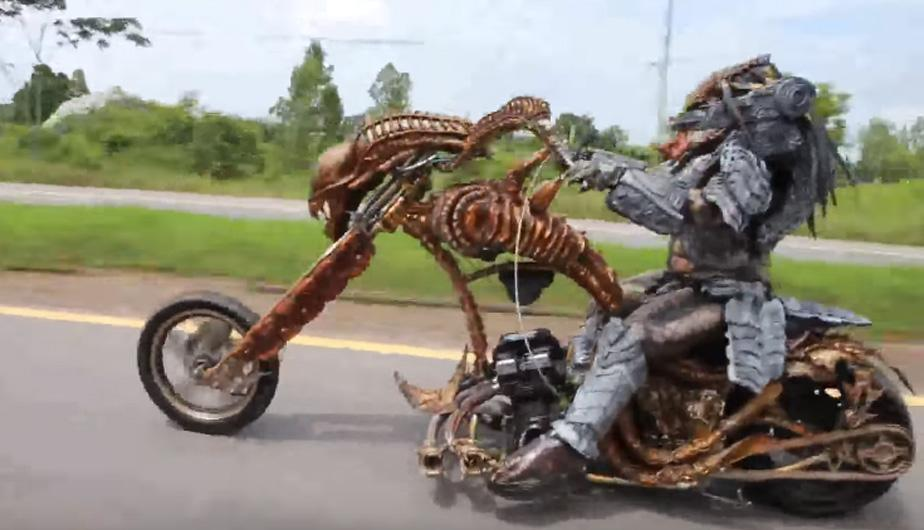 Motociclista disfrazado de 'Depredador' causa furor en las redes por este detalle