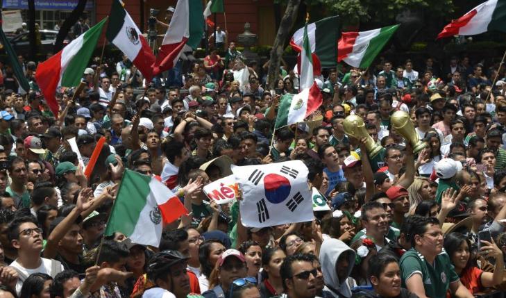 Hinchas mexicanos acuden a Embajada de Corea para agradecer su clasificación