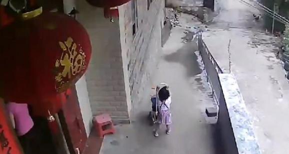 Niña 'cuidaba' a su hermanito, pero de pronto lo lanza a la calle