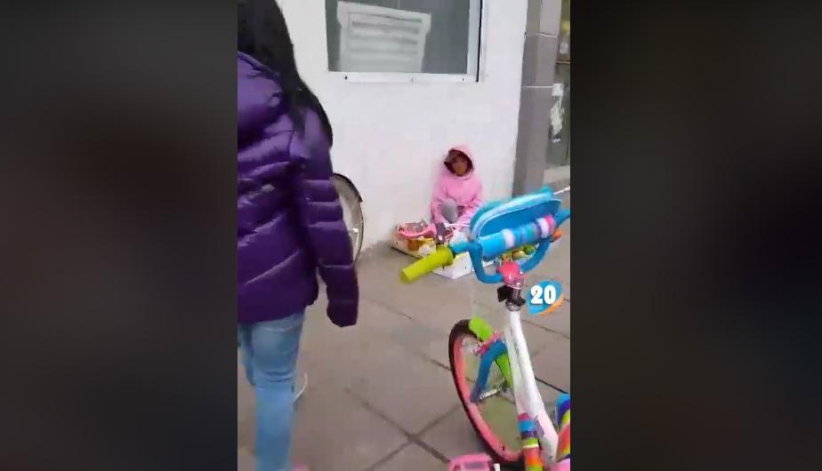 El noble gesto de un padre y su hija hacia una pequeña se volvió viral en la red