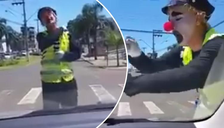 Payaso disfrazado de policía de tránsito usa peculiar truco para 'sobornar' a conductores