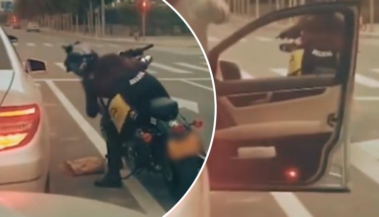 Mujer lanza basura a la calle desde su auto y motociclista se la devuelve