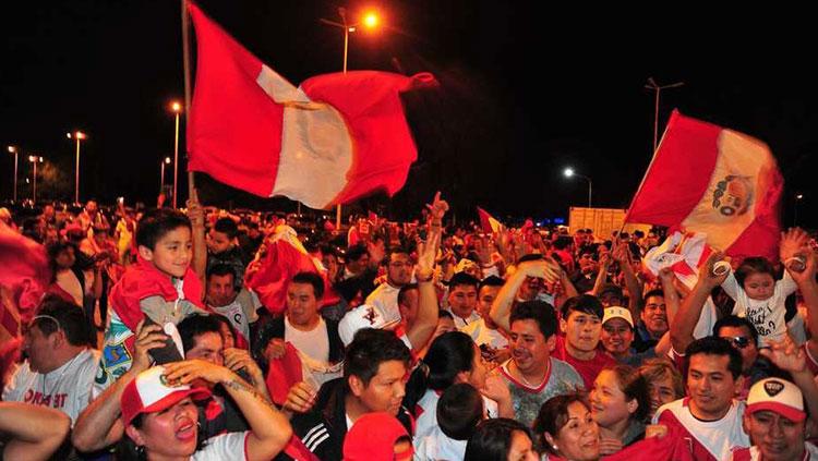 peruanos en ezeiza reciben a peru vs argentina