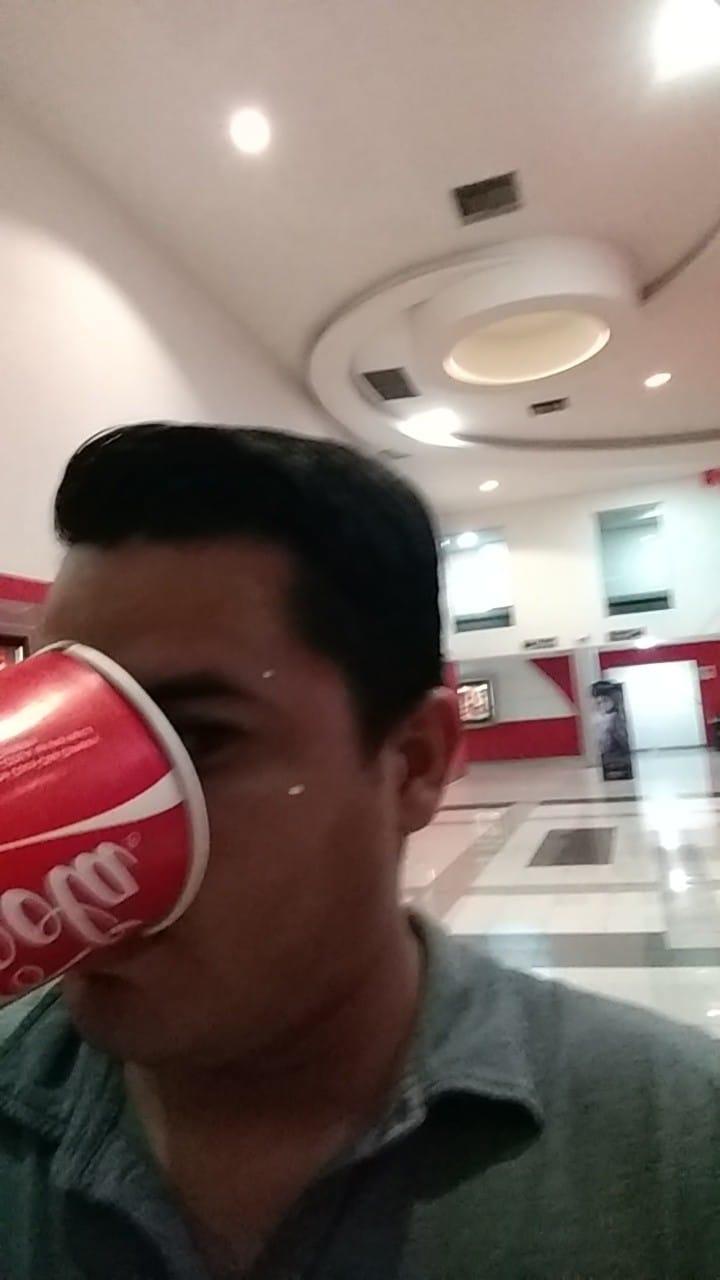 joven se quedo solo en el cine