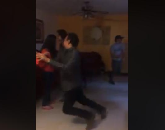 muchacho con vaso en la mano baila