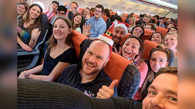 jefa lleva de viaje a sus trabajadores de viaje como regalo