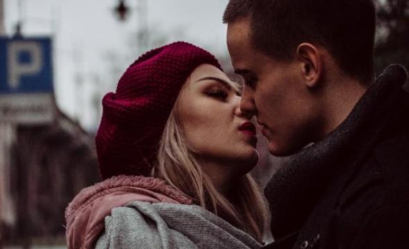 que dicen los hombres sobre un beso con otra persona que no es su pareja