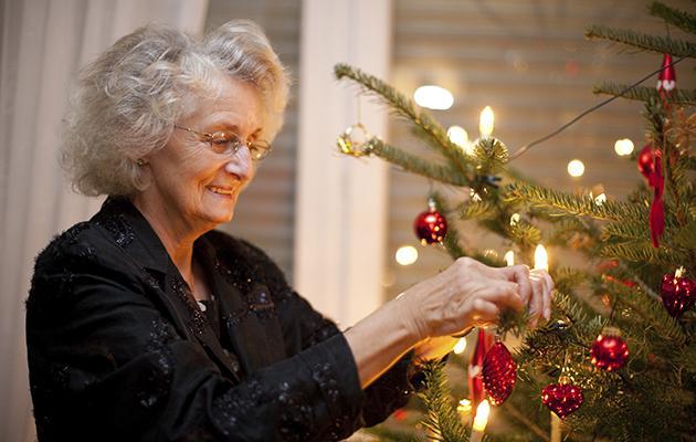 Abuelita adorno por error arbol de navidad con ropa interior