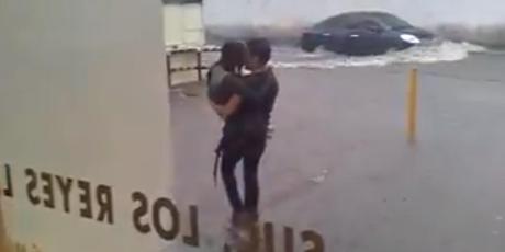 'Héroe' quiso salvar a joven de una inundación, pero desenlace sorprendió a miles