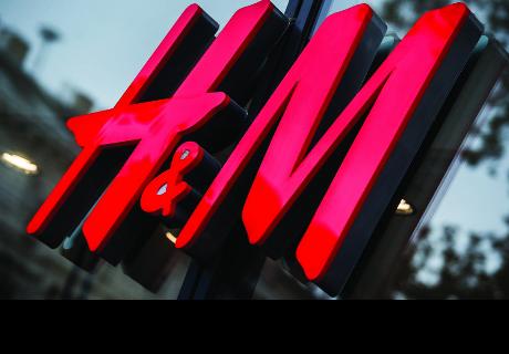 H&M provoca escándalo al publicitar esta sudadera
