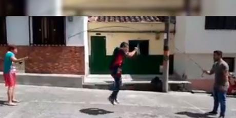 Joven intenta saltar soga pero sus amigos le juegan pesada broma