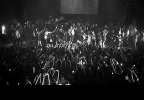 Cantante de reggaetón se lanzó al público durante concierto y nadie lo agarró