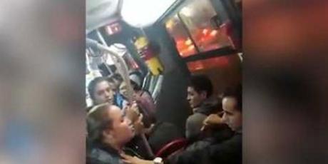 Mujer encuentra a marido con su amante en el mismo bus de transporte