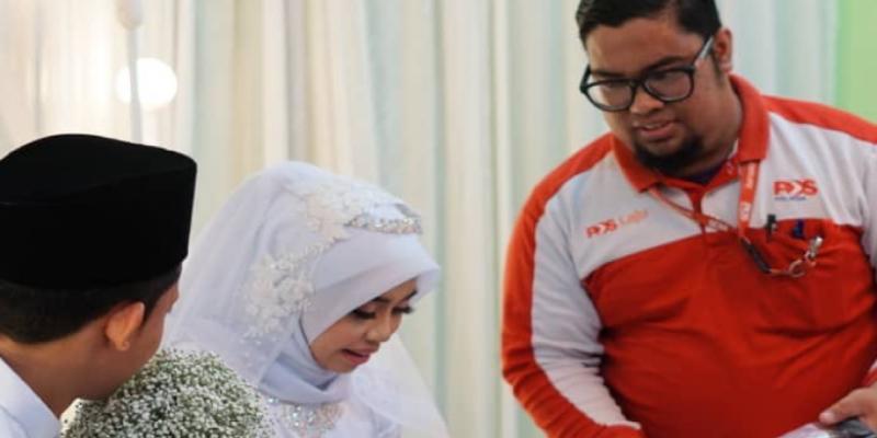 Boda fue interrumpida por un cartero para entregarle un paquete a la novia