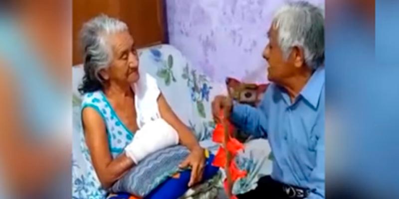 Abuelitos declarándose amor cautiva a miles en redes