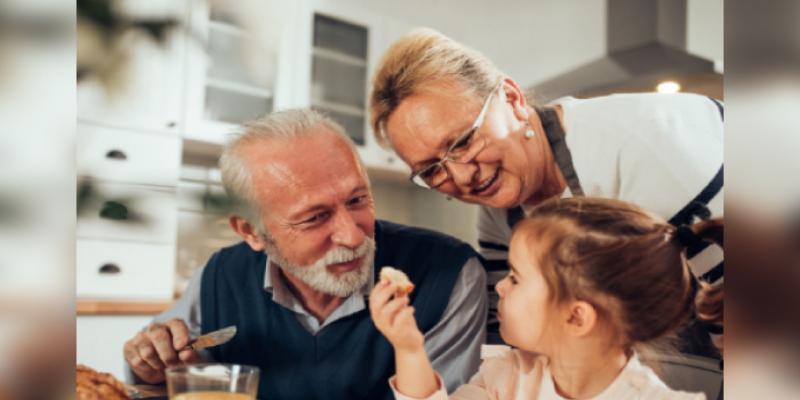 Los niños que crecen con los abuelos son más seguros y felices, asegura estudio