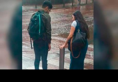 Mujer genera polémica tras cargar a su novio para cruzar un charco