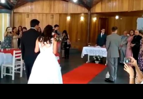 Descuido del sonidista arruina entrada de novia al altar