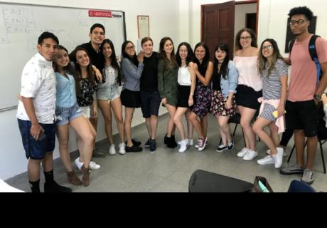 Universidad en Colombia prohíbe el uso de estas prendas para no 'distraer' a alumnos y profesores