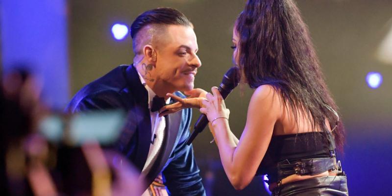 Natti Natasha se besa con ex de Jennifer López en pleno programa en vivo