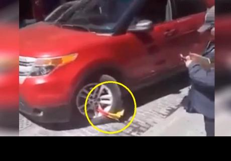 Mujer estaciona mal su auto, lo inmovilizan, pero ella lo hace arrancar [VÍDEO]
