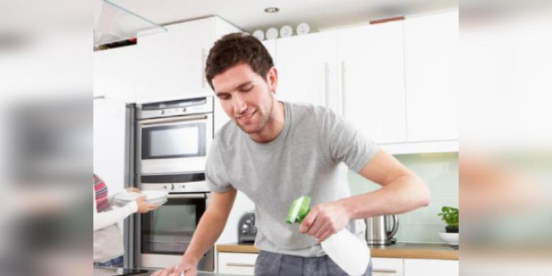 Los hombres que hacen las tareas de la casa son los más atractivos, según investigación
