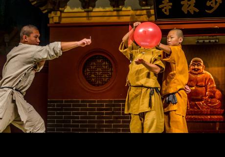Un monje de Shaolin perfora un cristal arrojando un alfiler con la mano