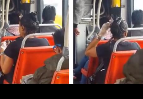 Mujer se tiñe el cabello mientras viaja en trasporte público