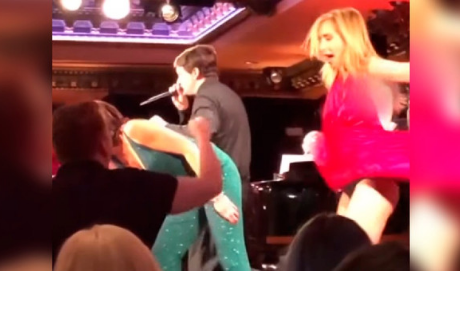 Actriz sufre bochornoso momento al perder su vestido durante show