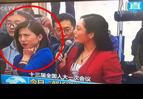 Periodista china se vuelve viral por sus gestos y muecas