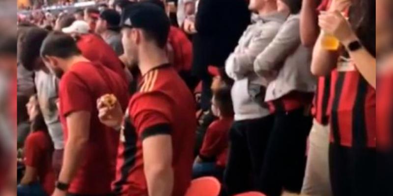 Esta es la estrategia de un padre para entretener a su hija en el estadio y no perderse el partido