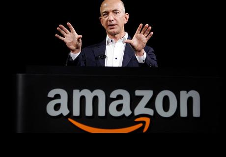El fundador de Amazon pasea con un perro algo extraño