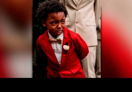 La foto de un niño llorando en el matrimonio de sus padres conmueve a todos en la red