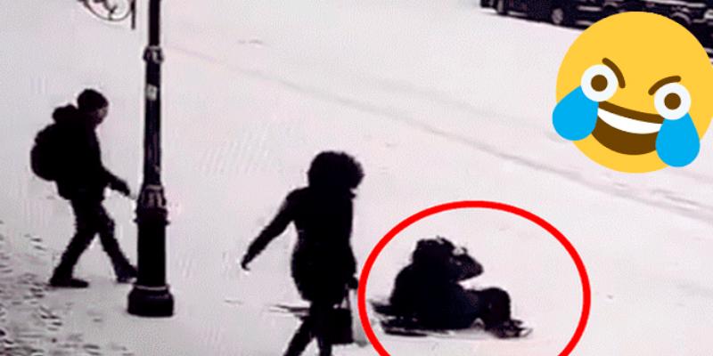 Jovenes buscan auxiliar a muchacha que cayó en hielo y todos terminan en el piso