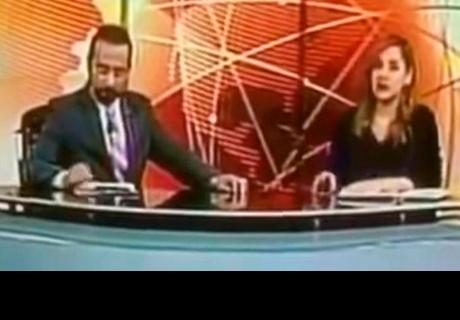 Presentador de noticias abre audio en vivo y pasa bochornoso momento