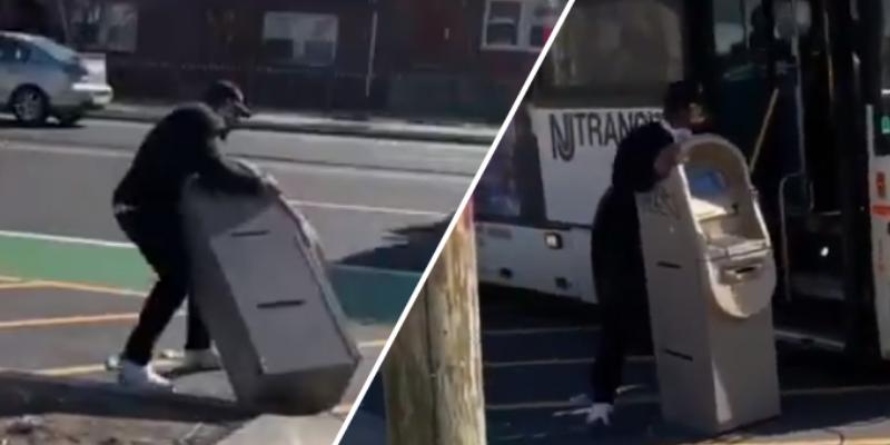 Hombre roba cajero automático, intenta huir en bus y genera indignación en la red