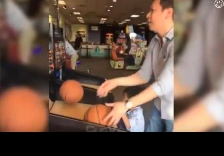 Padre e hijo jugaban en máquina de básquet, pero el final es inesperado
