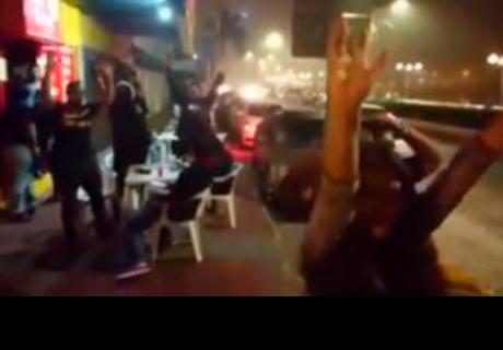 Peatones oyeron la canción de Dragon Ball y alzaron sus manos para hacer la 'genkidama'