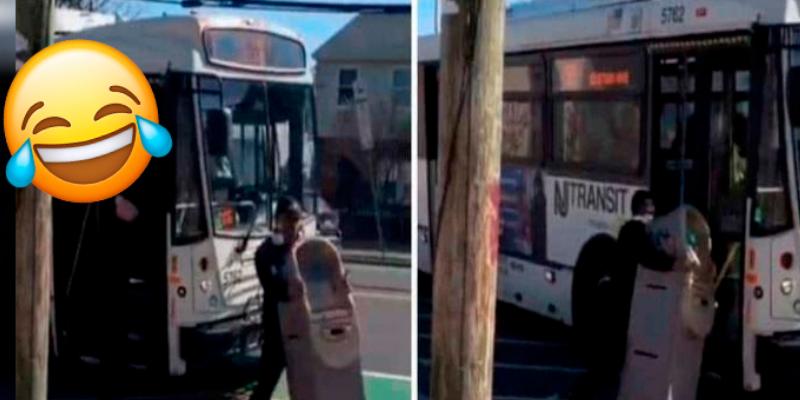 Hombre se roba un cajero automático e intenta subirlo a un autobus.