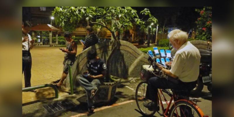 Abuelito juega Pokémon Go con 24 celulares instalados en su bicicleta