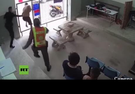 Dos presos con grilletes en los pies se fugan de una corte en Tailandia